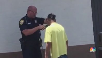 police-officer-helps-homeless-man-shave-for-job-interview