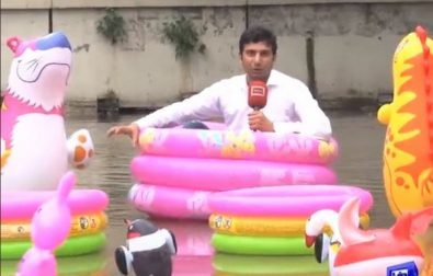 this-reporter-chose-an-interesting-way-to-report-on-flooding