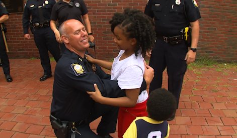 this-girl-is-on-a-mission-to-hug-police-officers-in-all-50-states